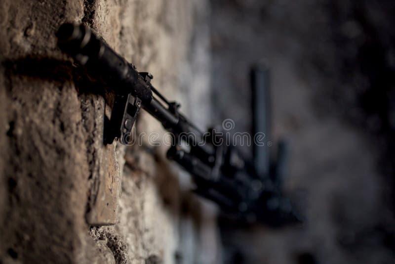 submachine καλάζνικοφ ak-47 πυροβόλων όπλων ενάντια στον τοίχο στοκ εικόνες