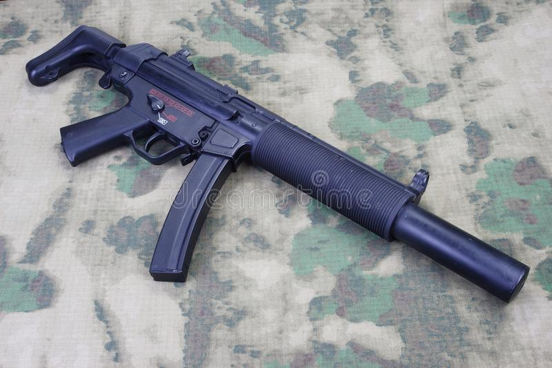Submachine πυροβόλο όπλο MP5 με τον ησυχαστήρα στοκ εικόνα