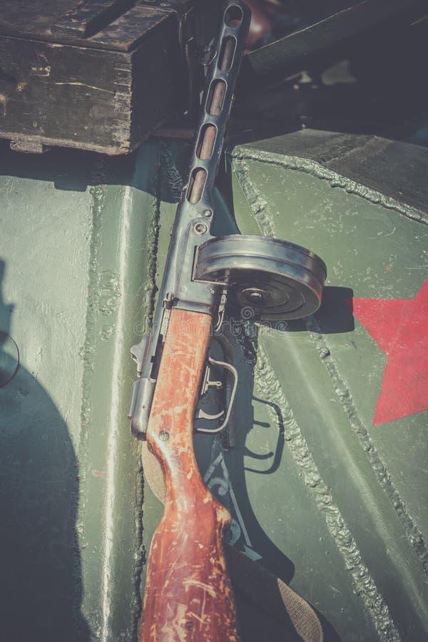 Submachine πυροβόλο όπλο Shpagin, PPSh κλιμένος ενάντια στο τεθωρακισμένο μιας δεξαμενής ως απεικόνιση στα γεγονότα του δεύτερου  στοκ εικόνα με δικαίωμα ελεύθερης χρήσης