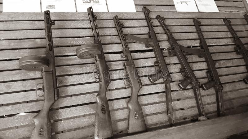 Submachine τα πυροβόλα όπλα βασανίζουν το σύνολο της όμορφης σοβιετικής γίνοντης χειροτεχνίας στοκ φωτογραφία με δικαίωμα ελεύθερης χρήσης