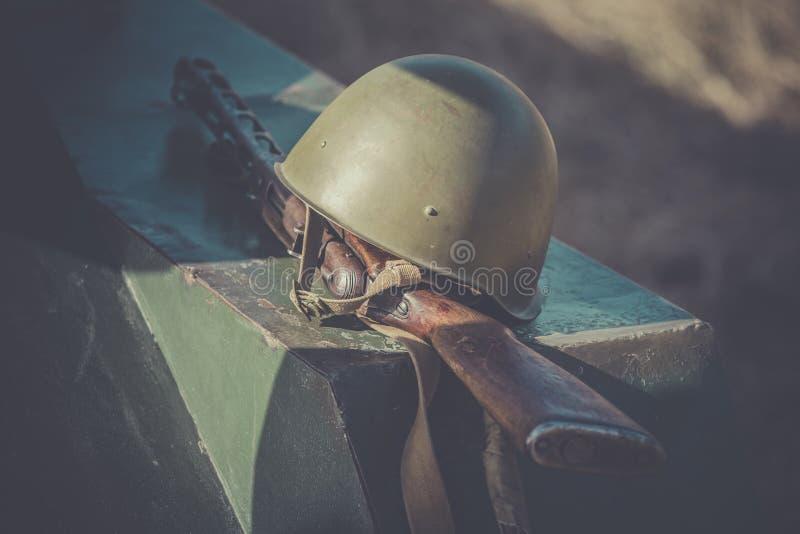 Submachine το πυροβόλο όπλο Shpagin, PPSh και το κράνος του σοβιετικού στρατιώτη βρίσκονται στο τεθωρακισμένο της δεξαμενής ως απ στοκ εικόνες με δικαίωμα ελεύθερης χρήσης