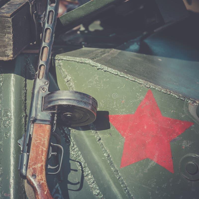 Submachine το πυροβόλο όπλο Shpagin, PPSh κλίνει ενάντια στο τεθωρακισμένο μιας δεξαμενής Το κόκκινο αστέρι, ως έμβλημα του σοβιε στοκ φωτογραφία με δικαίωμα ελεύθερης χρήσης