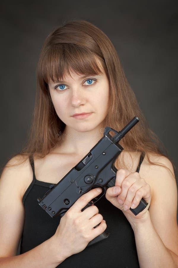 submachine вооруженной пушки красотки серьезный стоковое изображение