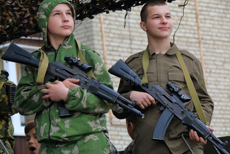 Submachine artilleristen in de rug van een militaire vrachtwagen Rusland royalty-vrije stock fotografie