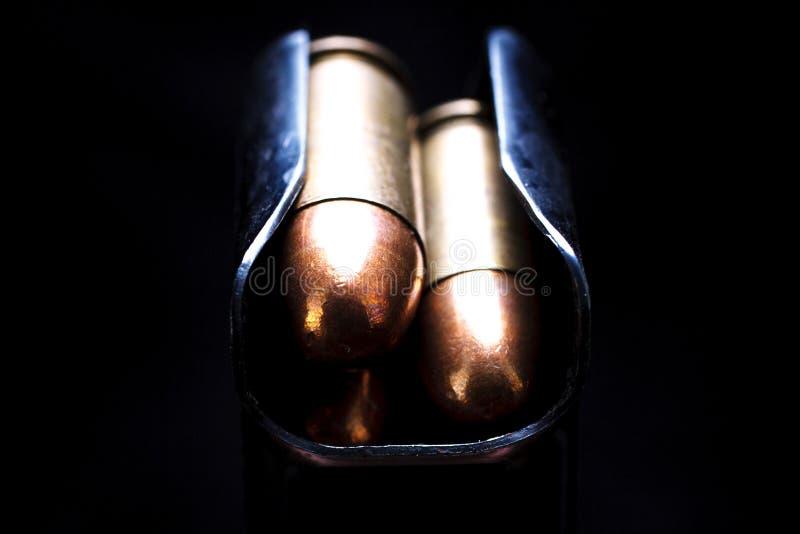45 submachine caliber κασέτες πυροβόλων όπλων στο περιοδικό κιβωτίων στοκ εικόνες