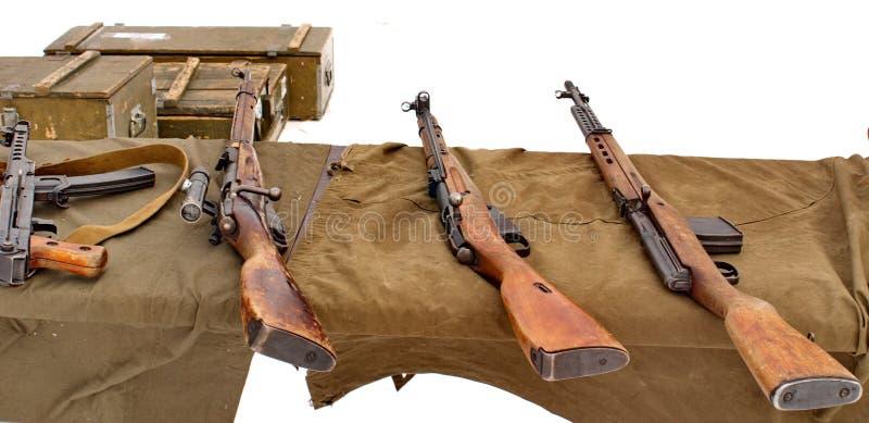 Submachine pistoletu Sudaev Mosin karabiny, karabinek Simonov przy mknącym pasmem obraz royalty free