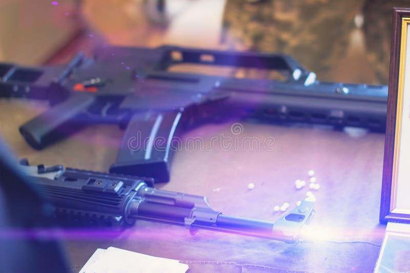 submachinegeweer op de lijst in de binnenlandse wapensmid stock fotografie
