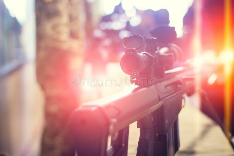 submachinegeweer op de lijst in de binnenlandse wapensmid royalty-vrije stock fotografie