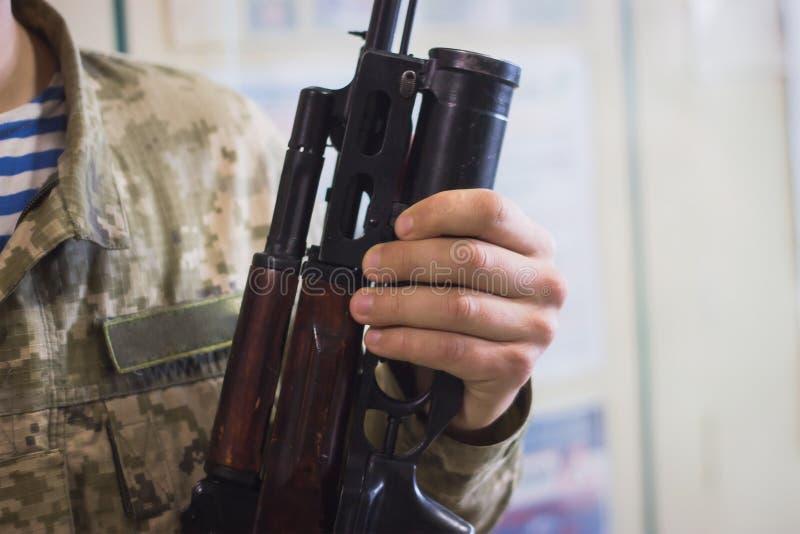 submachinegeweer op de lijst in de binnenlandse wapensmid stock afbeelding