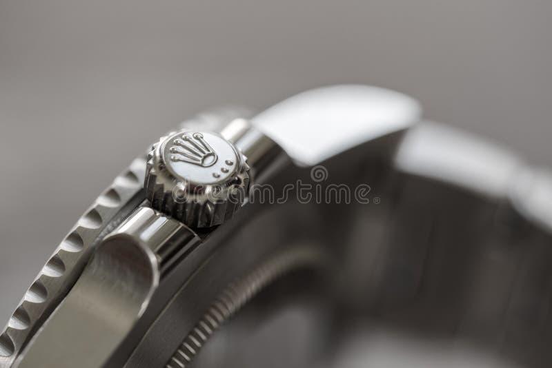 Submarinista de Rolex O close-up, foco raso de uma coroa do relógio, considerado em um icônico, suíço-fez o relógio de homens fotos de stock royalty free