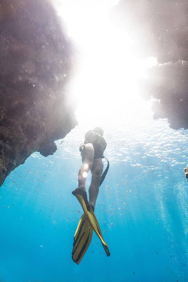 Submarino freediving de la mujer asiática en las cuevas foto de archivo libre de regalías
