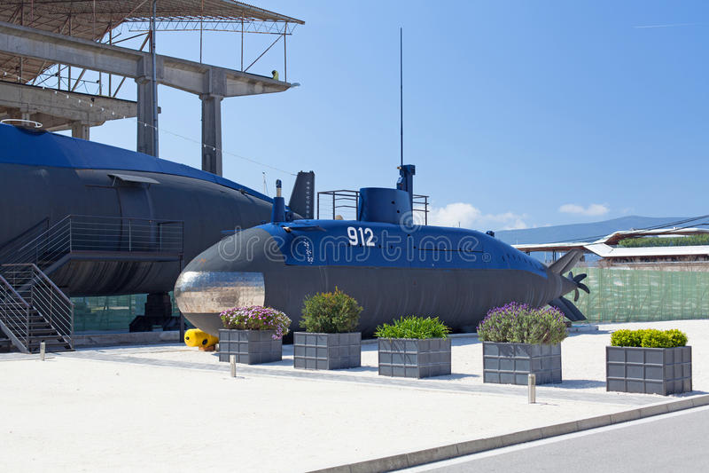 Submarino velho perto do Tivat, Montenegro foto de stock