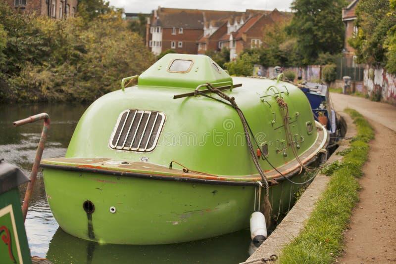 Submarino verde no canal regente perto do mercado de Broadway foto de stock