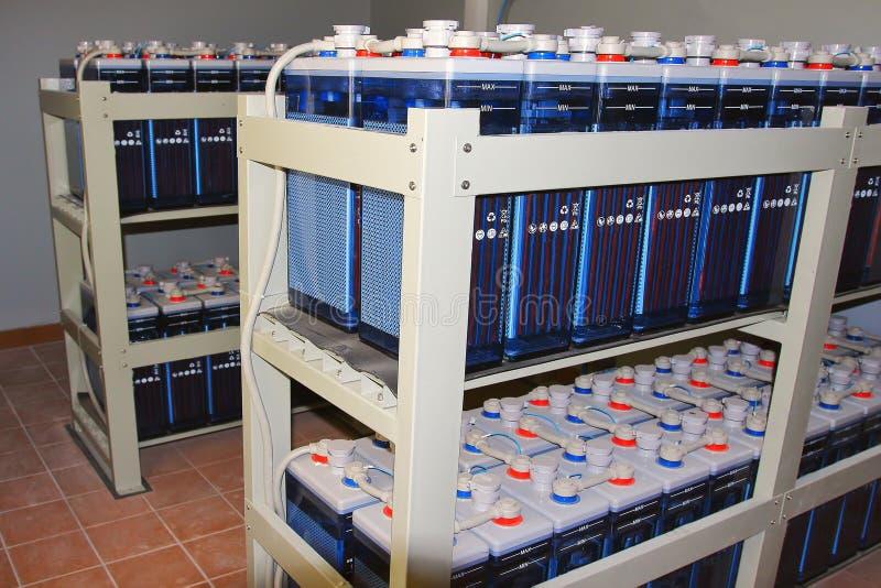 Submeta com os acumuladores da C.C. da bateria para o equipamento industrial da fonte poderosa da estação da energia imagens de stock
