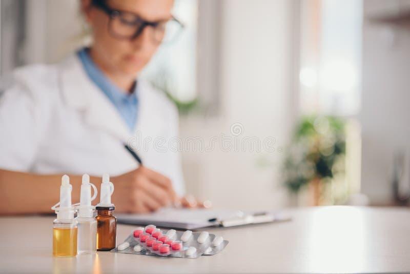 Subministros médicos na tabela fotos de stock royalty free