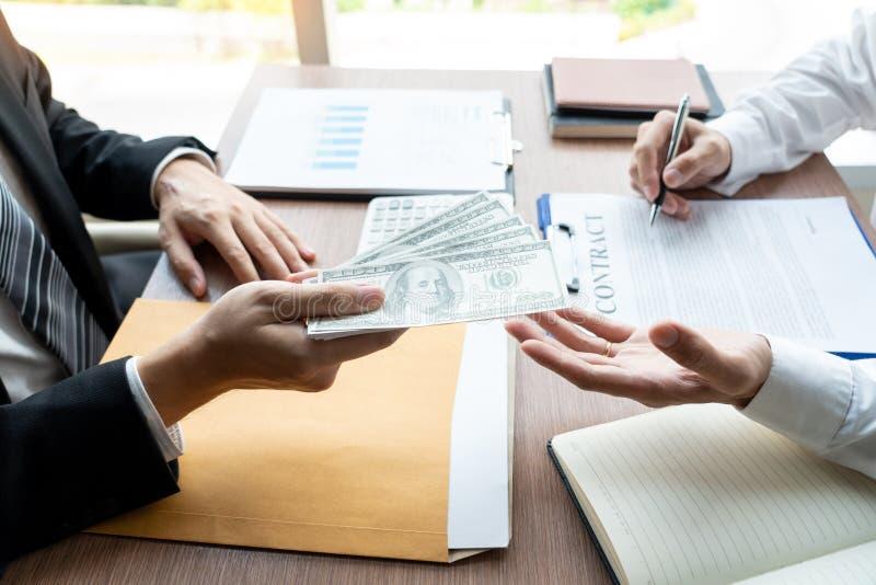 Suborno e corrupção, empresário entregando dinheiro e recebendo no envelope o arquivo. imagem de stock