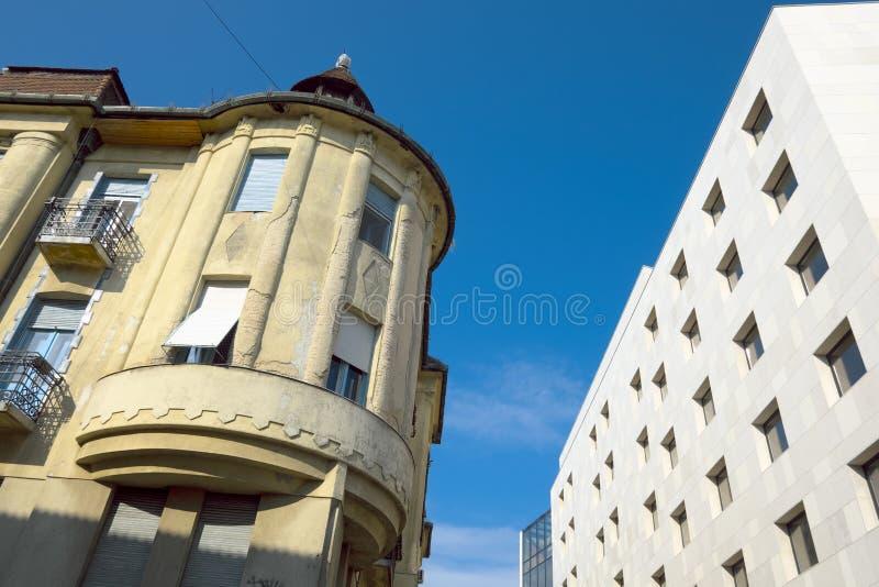Subotica contrasta a construção velha e moderna, Sérvia fotos de stock royalty free