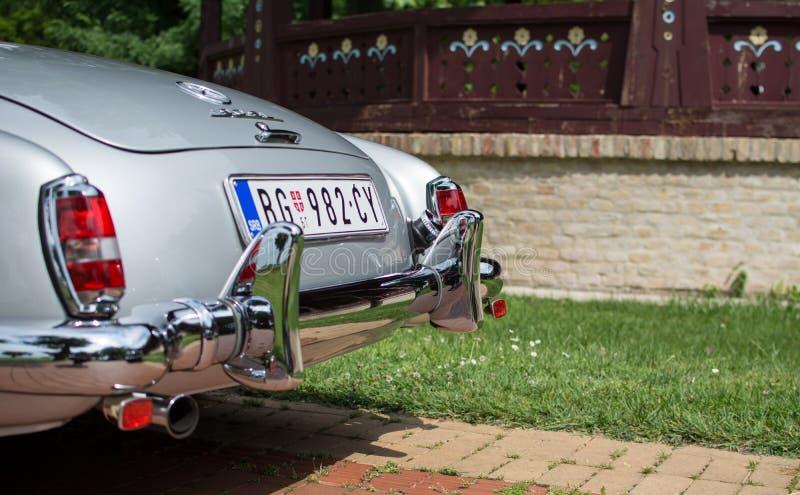 Subotica, Serbia-junio 05,2016: Cabriolé de Mercedes SL en el público viejo anual del contador de tiempo imagen de archivo