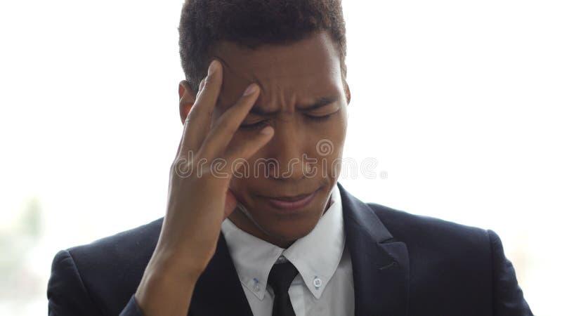 Subrayado, frustrado, trastorno, hombre de negocios tenso con dolor de cabeza en oficina imágenes de archivo libres de regalías