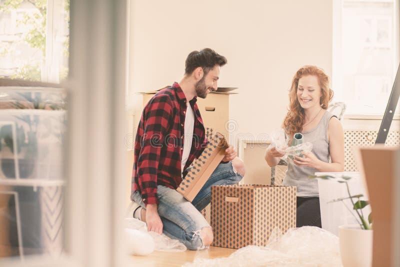 Substance d'emballage de mariage heureux dans la boîte de carton en entrant dans une nouvelle maison photo stock