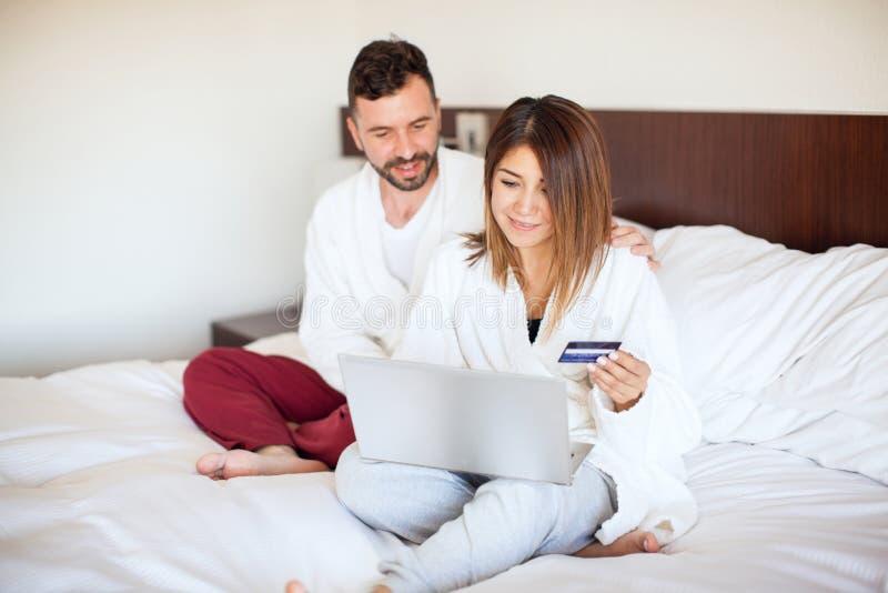 Substance de achat de jeunes couples en ligne photo stock