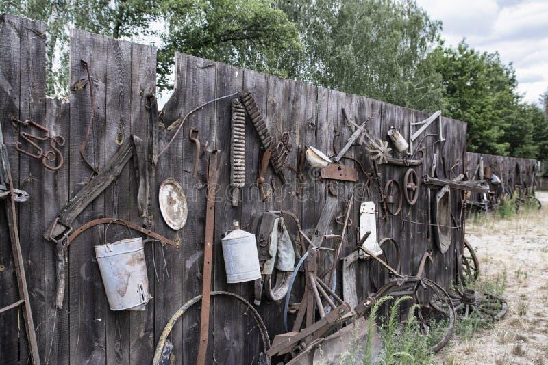 Substance de cru sur le vieux mur en bois, objets antiques sur le mur photo libre de droits