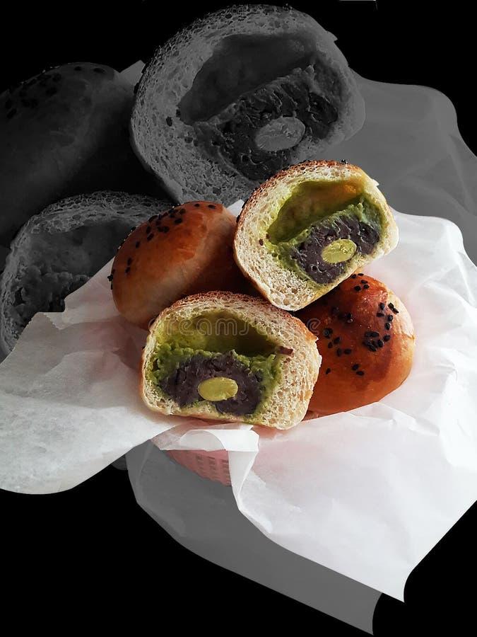 Substance de pain avec de la crème de thé vert de crème anglaise photos stock