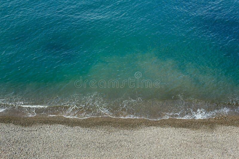 Substance de plage placée près de la mer Mer tropicale de bleu de turquoise Vue de ci-avant images libres de droits