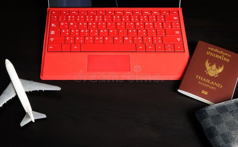 Download Substance De Préparation De Voyage D'affaires Avec L'ordinateur D'avion De Passeport Photo stock - Image du ordinateur, avion: 77158630