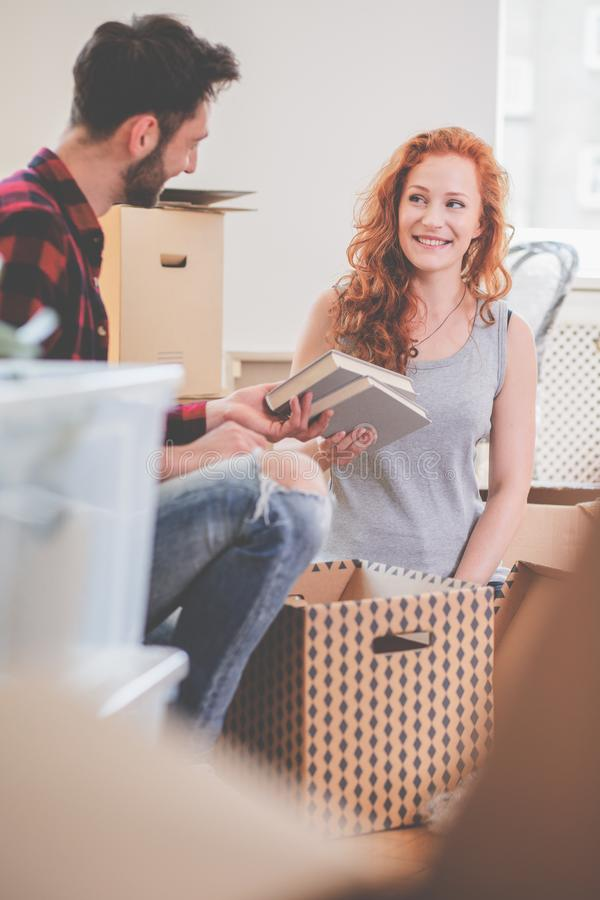 Substance de sourire d'emballage de couples dans des boîtes de carton tout en se déplaçant- image libre de droits
