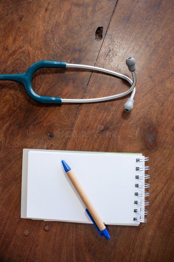 Substance médicale dans une table en bois photo libre de droits