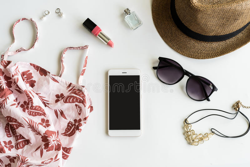 Substance, maquillage, téléphone portable et accessoires de femme avec l'espace de copie photos libres de droits