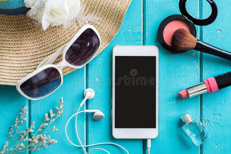 Substance, maquillage, téléphone portable et accessoires de femme avec l'espace de copie images libres de droits
