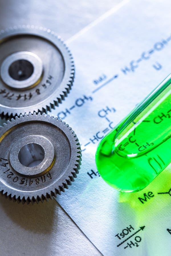 Substanci chemicznej tubka z formułą i machinalny stopniowo zmieniać obraz stock