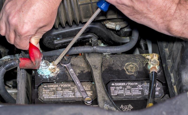 Substituição da bateria de automóvel fotografia de stock
