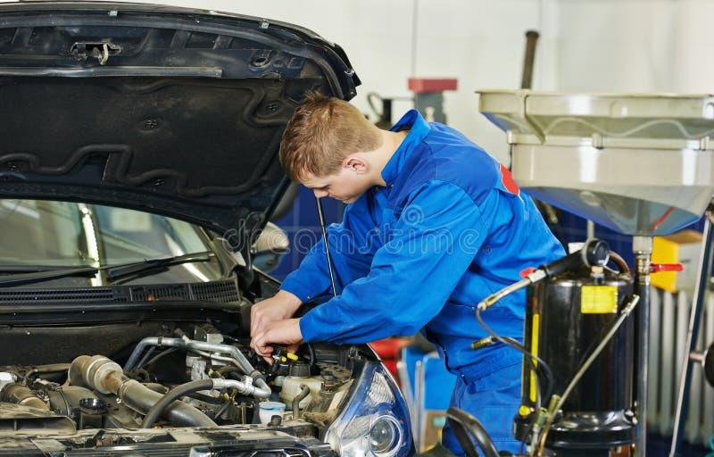 Substituição da manutenção, do óleo e do filtro do carro imagens de stock royalty free