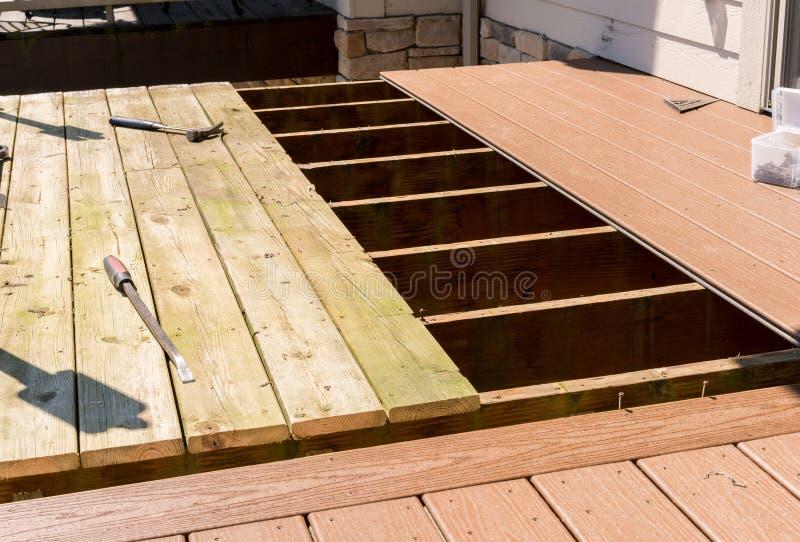 Substituição da plataforma de madeira velha com material composto imagens de stock royalty free