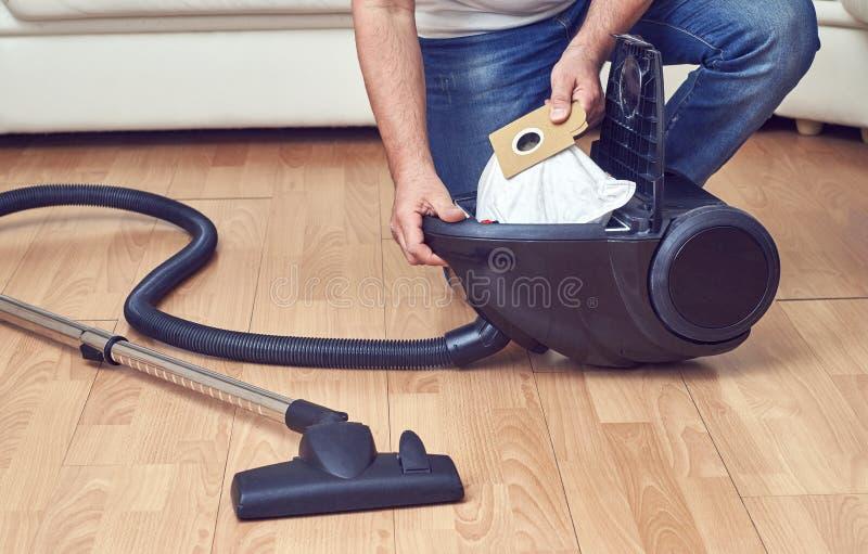 Substituição de um saco de poeira no aspirador de p30 imagem de stock royalty free