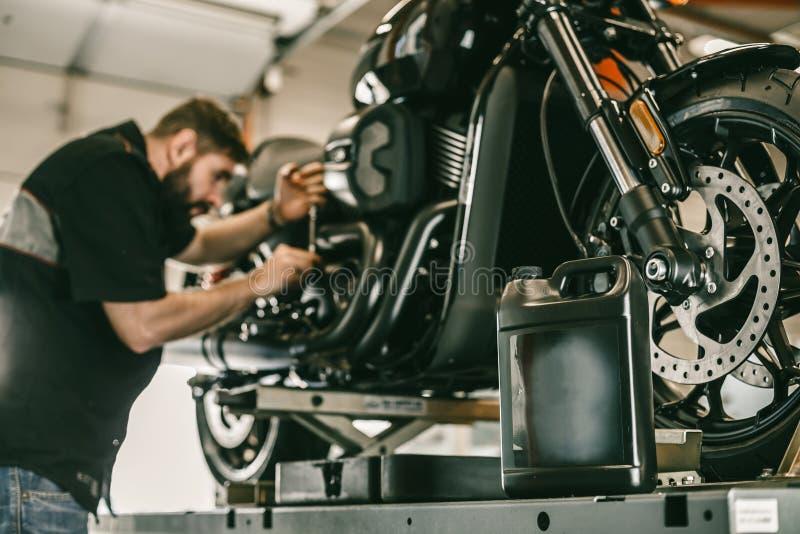 Substituindo o óleo em uma motocicleta fotos de stock royalty free