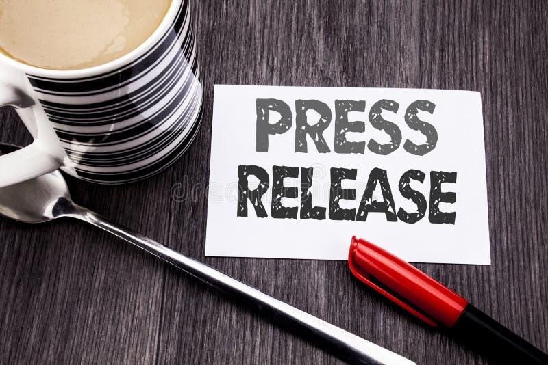 Subtítulo conceptual do texto da escrita da mão que mostra o comunicado de imprensa Conceito do negócio para a mensagem do anúnci fotos de stock royalty free