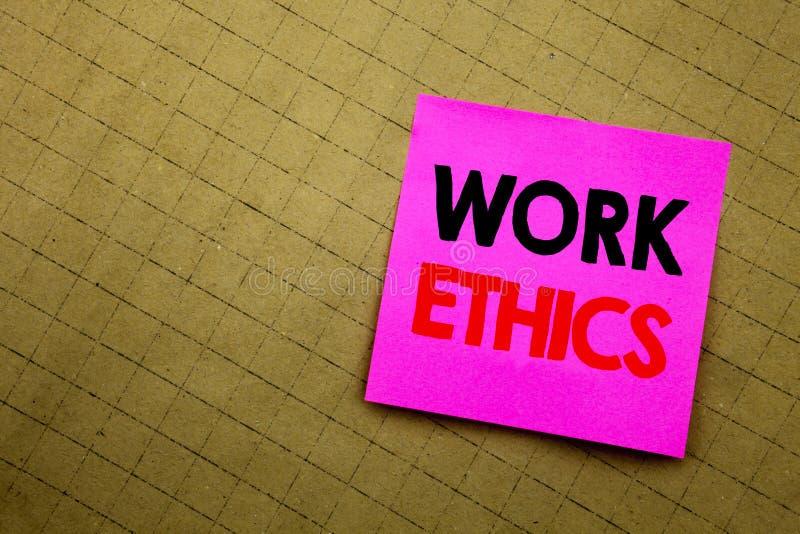Subtítulo escrito à mão do texto que mostra éticas de trabalho Escrita do conceito do negócio para os princípios de benefício mor fotografia de stock