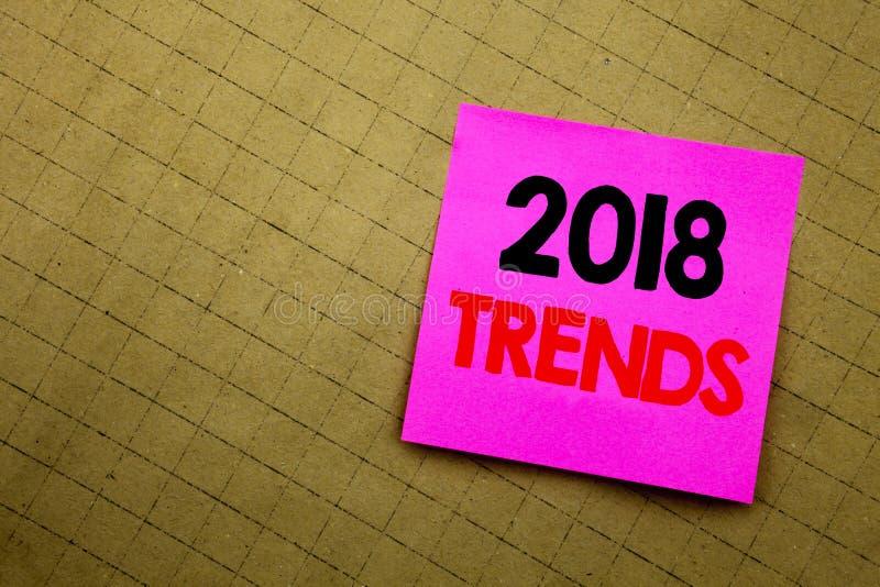 Subtítulo manuscrito del texto que muestra 2018 tendencias Escritura del concepto del negocio para tender la predicción de los da fotos de archivo libres de regalías