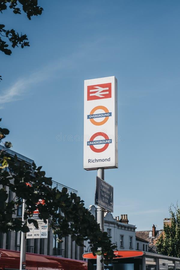 Subterráneo, el overground y la estación de tren firman en Richmond, Londres, Reino Unido imagen de archivo libre de regalías