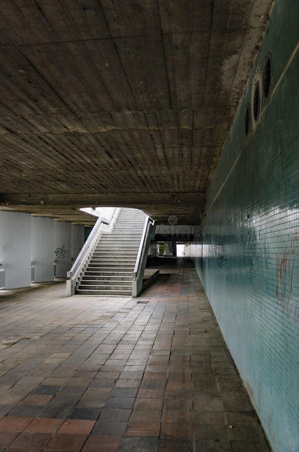 Subterráneo urbano sucio viejo imagen de archivo