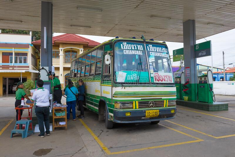 Suburban routebus op het autobenzinestation, Thailand stock foto's