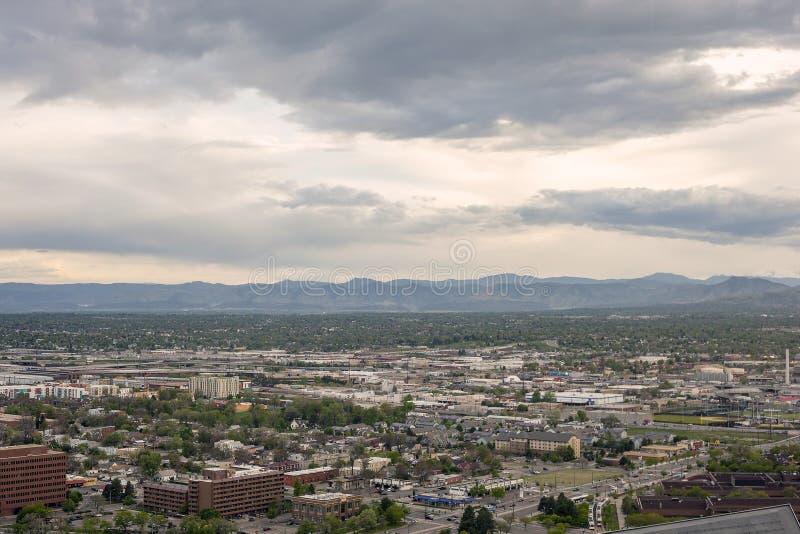Suburbios de Denver y montañas rocosas en Colorado, los E.E.U.U. foto de archivo