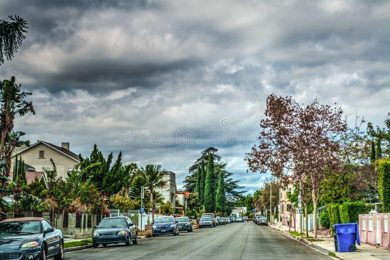 Suburbios en Los Ángeles debajo de un cielo nublado imagenes de archivo