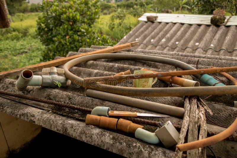 Sucata da fonte de água no telhado ondulado velho sujo - textura concreta imagem de stock royalty free