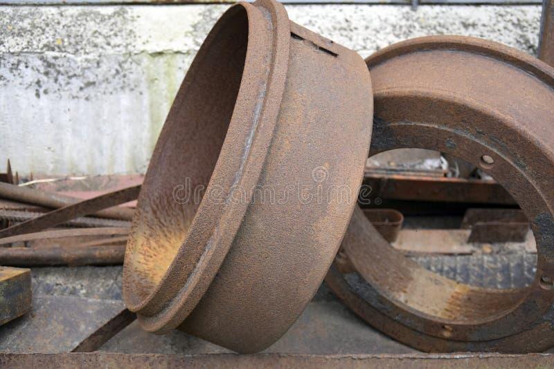 A sucata oxidada foi empilhada acima e preparada para a entrega ao ponto da coleção para mais ulterior transformação imagens de stock royalty free