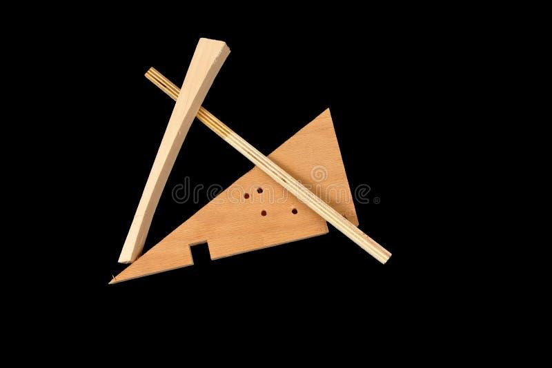 Sucatas da madeira em um fundo preto imagem de stock